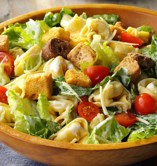Ensalada de lechuga a la César con tomatitos y panceta