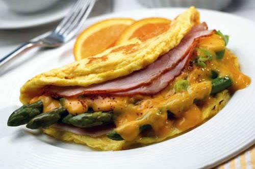 Omelette con espárragos, jamón y queso