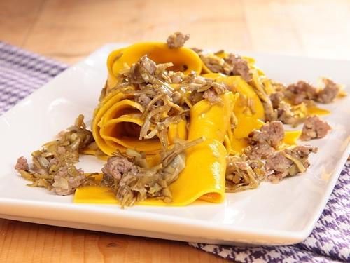 Pappardelle con alcachofas y salchicha (Cocina italiana)