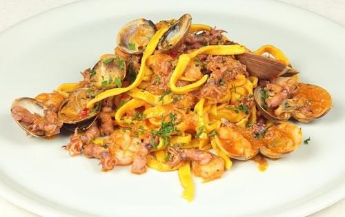 Pasta con calamares, gambas y almejas (Cocina italiana)