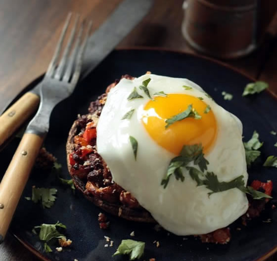 Setas portobello con bacon y huevo