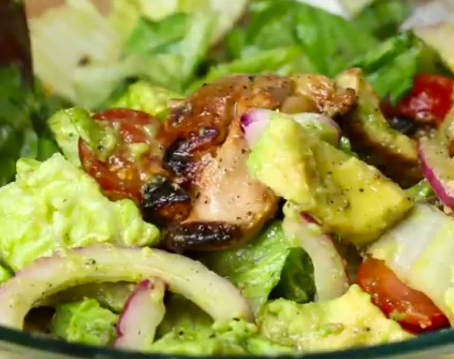 Ensalada de pollo marinado con aguacate