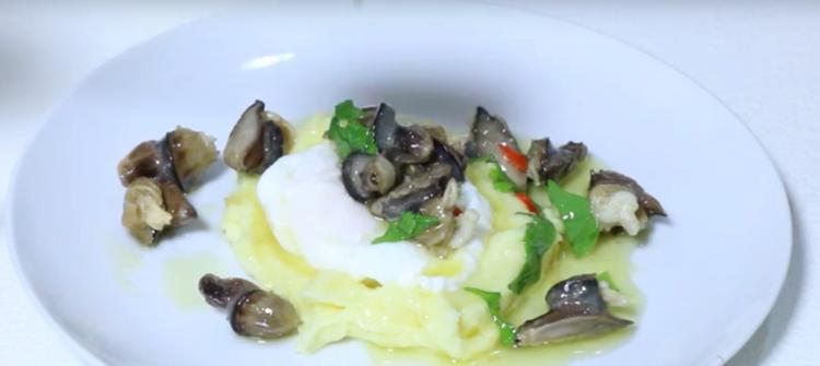 Caracoles con puré de patatas y huevos escalfados