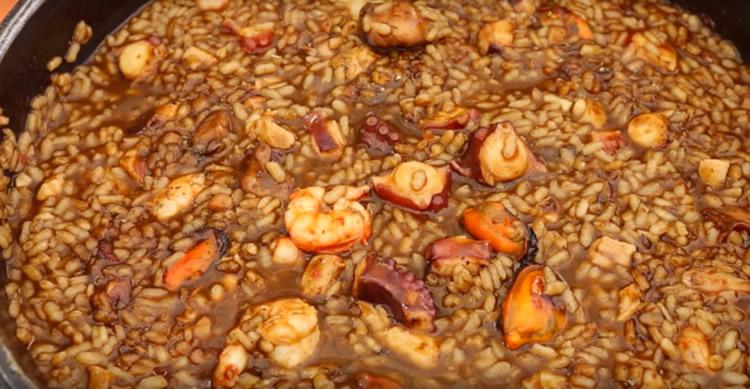 Arroz sucio con pulpo y accesorios (Cocina Mallorquina – España)