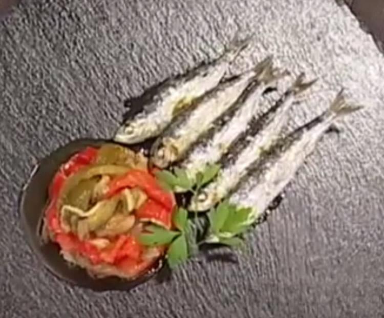 Espeto de sardinas casero con escalivada
