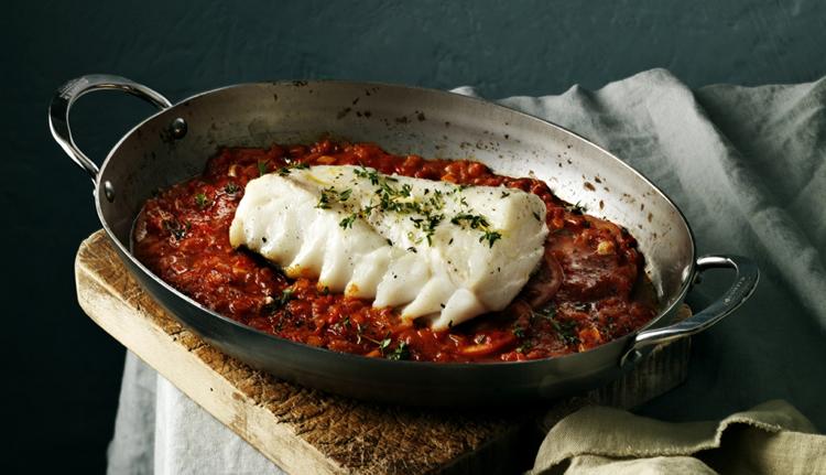 Bacalao Skrei al horno con salsa de tomate y ajo